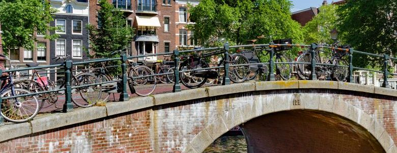 Amsterdam preia creditele tinerilor cu dificultati